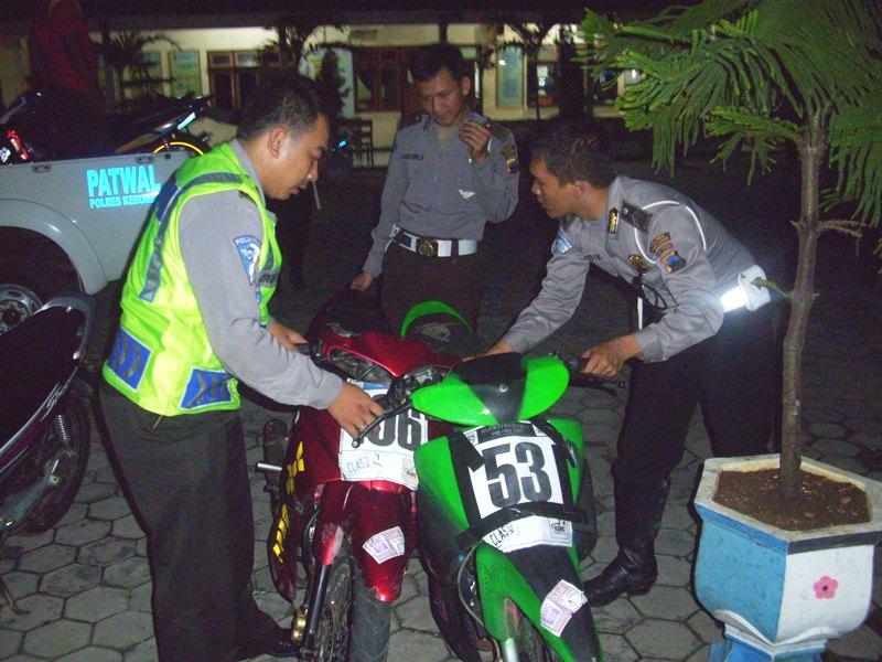 Anggota Sat Lantas Kebumen saat mengamankan motor